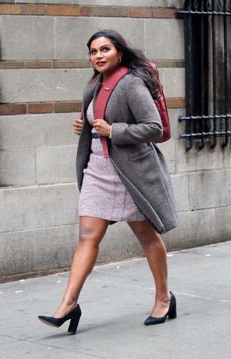 Come indossare: cappotto grigio, vestito a tubino di tweed rosa, décolleté in pelle scamosciata neri, zaino di tela rosso