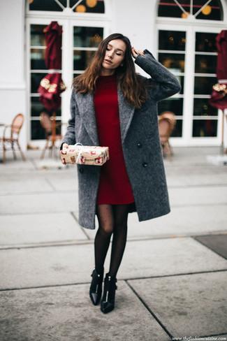 Come indossare: cappotto grigio, vestito di maglia bordeaux, stivaletti in pelle neri, collant a pois nero