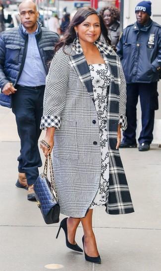 Come indossare: cappotto scozzese grigio, vestito longuette stampato bianco e nero, décolleté in pelle scamosciata neri, borsa a tracolla in pelle trapuntata blu scuro