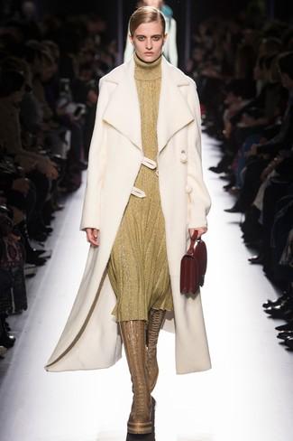 Come indossare e abbinare: cappotto in shearling bianco, vestito di maglia dorato, stivali al ginocchio in pelle marrone chiaro, borsa a mano in pelle rossa