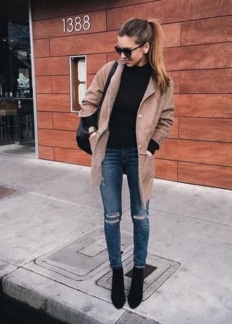 Un cappotto di shearling marrone chiaro e jeans aderenti strappati blu scuro ti daranno un tocco di grande eleganza e sensualità. Ti senti creativo? Completa il tuo outfit con un paio di stivaletti in pelle scamosciata neri.