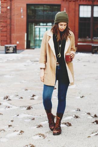Come indossare: cappotto in shearling beige, dolcevita nero, jeans aderenti blu, stivali piatti stringati in pelle marrone scuro