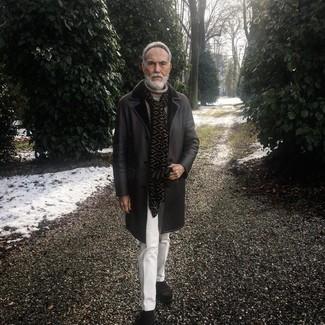 Come indossare e abbinare: cappotto in shearling nero, dolcevita lavorato a maglia beige, pantaloni eleganti bianchi, stivali chelsea in pelle scamosciata marrone scuro