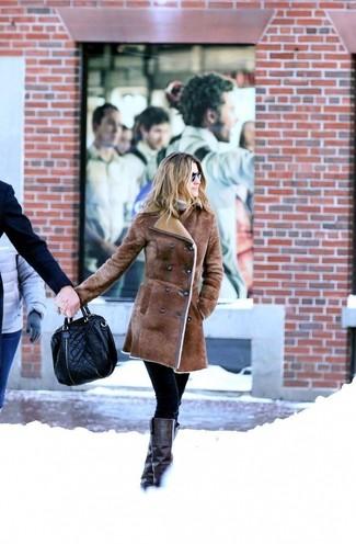 Come indossare e abbinare: cappotto in shearling marrone, dolcevita beige, pantaloni skinny neri, stivali al ginocchio in pelle neri