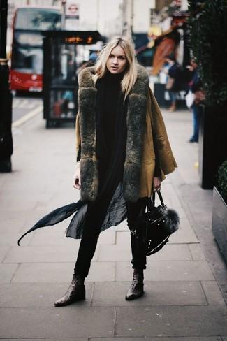 Come indossare: cappotto in shearling marrone chiaro, dolcevita nero, stivaletti in pelle marrone scuro, cartella in pelle scamosciata nera
