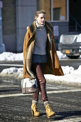 Come indossare: cappotto in shearling marrone chiaro, dolcevita lavorato a maglia grigio, t-shirt girocollo grigio scuro, pantaloni skinny in pelle marrone scuro
