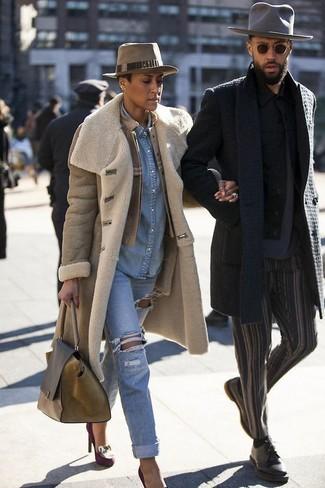 Un cappotto di shearling marrone chiaro per donna di Yves Salomon e boyfriend jeans strappati azzurri per essere spensierata e alla moda. Décolleté in pelle scamosciata decorati viola melanzana impreziosiranno all'istante anche il look più trasandato.
