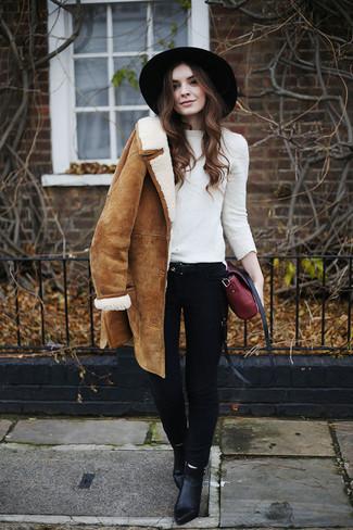 Come indossare e abbinare un maglione girocollo bianco: Prova ad abbinare un maglione girocollo bianco con jeans aderenti neri per un look raffinato per il tempo libero. Stivaletti in pelle neri sono una splendida scelta per completare il look.