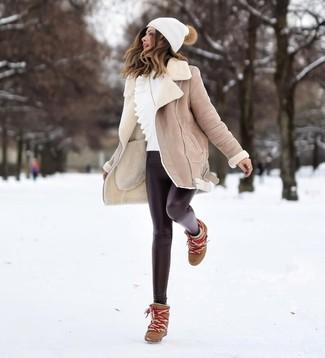 Come indossare e abbinare: cappotto in shearling beige, maglione girocollo con volant bianco, leggings in pelle neri, stivaletti con zeppa in pelle marroni