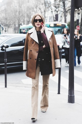 Come indossare e abbinare: cappotto in shearling marrone, maglione girocollo bordeaux, pantaloni a campana beige, stivaletti in pelle scamosciata grigi