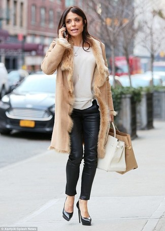 Distinguiti anche negli ambienti più alla moda con un cappotto di shearling marrone chiaro e pantaloni skinny in pelle neri. Questo outfit si abbina perfettamente a un paio di décolleté in pelle neri.