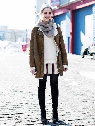 Come indossare: cappotto in shearling marrone, maglione girocollo beige, vestito a trapezio a righe verticali bianco, stivali sopra il ginocchio in pelle scamosciata neri