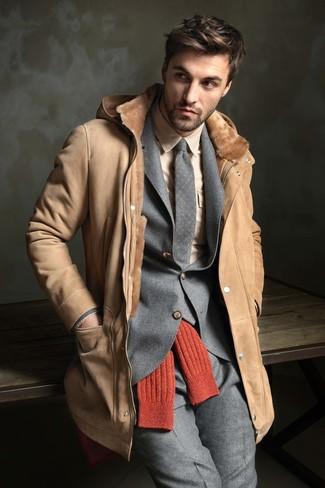Come indossare e abbinare: cappotto in shearling marrone chiaro, abito di lana grigio, camicia elegante beige, cravatta di lana a pois grigia
