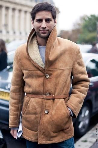 Come indossare e abbinare: cappotto in shearling marrone chiaro, felpa grigia, jeans blu, cintura in pelle marrone chiaro