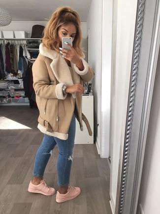 Mostra il tuo stile in un cappotto di shearling marrone chiaro per donna con jeans aderenti strappati blu per essere trendy e seducente. Sneakers basse rosa danno un tocco informale al tuo abbigliamento.