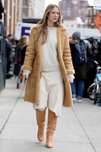 Come indossare e abbinare: cappotto in shearling marrone chiaro, maglione girocollo bianco, gonna longuette di lana bianca, stivali al ginocchio in pelle marrone chiaro