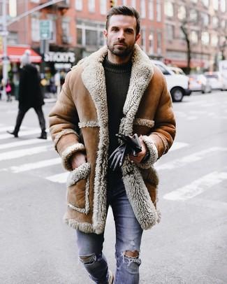 Come indossare e abbinare: cappotto in shearling marrone chiaro, maglione girocollo lavorato a maglia verde oliva, jeans aderenti strappati blu, guanti in pelle neri