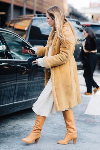 Come indossare e abbinare: cappotto in shearling marrone chiaro, maglione oversize bianco, gonna longuette di lana bianca, stivali al ginocchio in pelle marrone chiaro