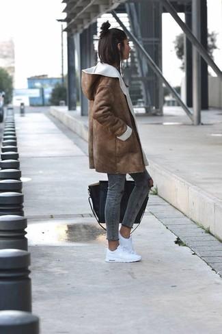 Come indossare: cappotto in shearling marrone, jeans aderenti strappati grigio scuro, sneakers basse bianche, borsa shopping in pelle nera