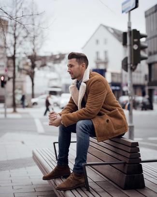Come indossare e abbinare: cappotto in shearling terracotta, camicia di jeans blu, jeans aderenti blu, stivali casual in pelle scamosciata marroni