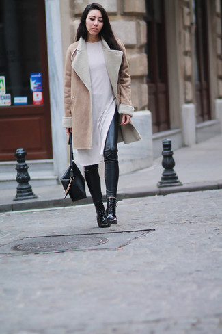 Un cappotto di shearling marrone chiaro per donna di Yves Salomon e leggings in pelle neri ti daranno un tocco di grande eleganza e sensualità. Opta per un paio di stivaletti stringati eleganti in pelle neri per un tocco virile.