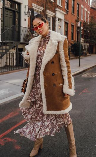 Come indossare e abbinare: cappotto in shearling terracotta, vestito longuette di seta stampato beige, stivali al ginocchio in pelle marrone chiaro, borsa a tracolla in pelle terracotta