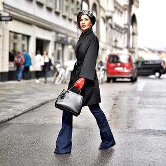 Come indossare: cappotto nero, jeans a campana blu scuro, stivaletti in pelle neri, borsa shopping in pelle nera