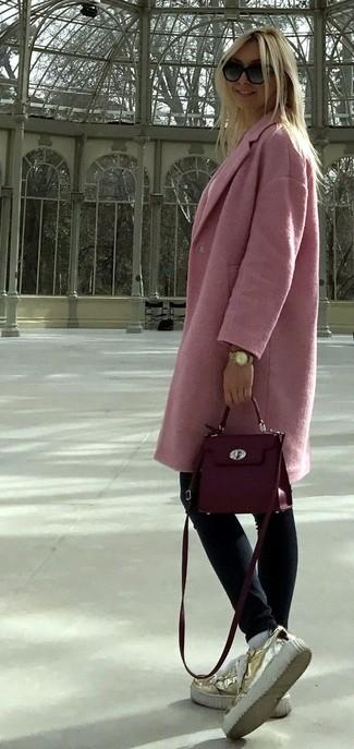 Come indossare e abbinare una borsa a tracolla in pelle viola melanzana: Potresti combinare un cappotto rosa con una borsa a tracolla in pelle viola melanzana per essere casual. Un bel paio di mocassini con zeppa in pelle dorati è un modo semplice di impreziosire il tuo look.