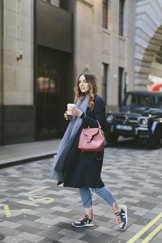 Come indossare: cappotto nero, jeans aderenti azzurri, scarpe sportive blu scuro, cartella in pelle rossa