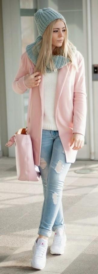Come indossare e abbinare: cappotto rosa, jeans aderenti strappati azzurri, sneakers basse in pelle bianche, borsa shopping in pelle rosa