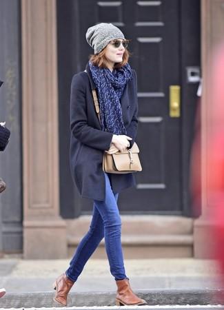 Come indossare: cappotto blu scuro, jeans aderenti blu, stivali chelsea in pelle marroni, borsa a tracolla in pelle beige