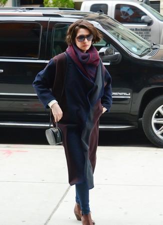 Come indossare: cappotto blu scuro, jeans aderenti blu scuro, stivali chelsea in pelle marroni, borsa a tracolla in pelle nera