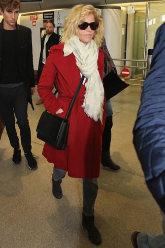 Come indossare: cappotto rosso, jeans grigi, stivaletti in pelle neri, borsa a tracolla in pelle nera