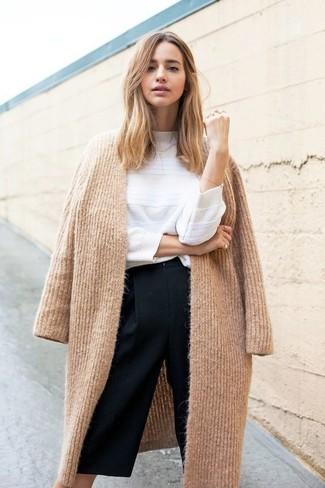 Come indossare: cappotto lavorato a maglia marrone chiaro, maglione girocollo bianco, gonna pantalone nera