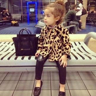 Come indossare e abbinare: cappotto leopardato marrone chiaro, leggings neri, mocassini eleganti neri