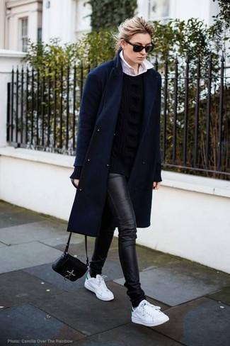 Come indossare: cappotto blu scuro, maglione a trecce nero, camicia elegante bianca, jeans aderenti in pelle neri