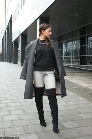 Come indossare: cappotto grigio scuro, maglione a trecce nero, jeans aderenti grigi, stivali sopra il ginocchio in pelle scamosciata neri