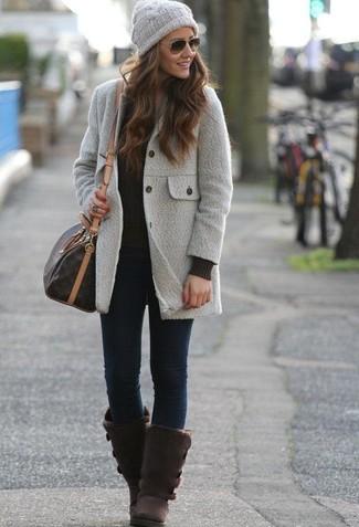 Come indossare e abbinare jeans aderenti blu scuro: Abbina un cappotto grigio con jeans aderenti blu scuro per un look raffinato. Calza un paio di stivali ugg marrone scuro per avere un aspetto più rilassato.