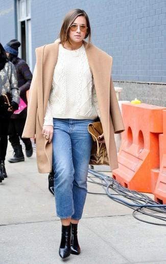 Come indossare: cappotto marrone chiaro, maglione a trecce bianco, jeans blu, stivaletti in pelle neri