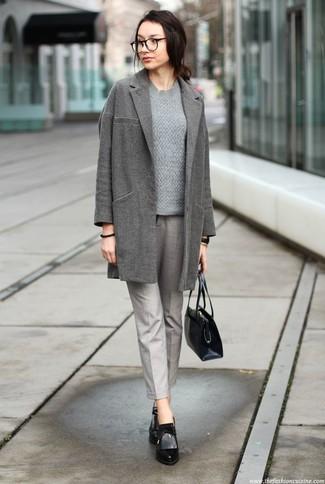 Trend da donna 2020: Perfeziona il look smart casual con un cappotto grigio e pantaloni stretti in fondo grigi. Stivaletti in pelle neri sono una interessante scelta per completare il look.