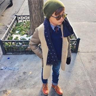 Come indossare: cappotto grigio, maglione blu scuro, camicia a maniche lunghe blu, jeans blu