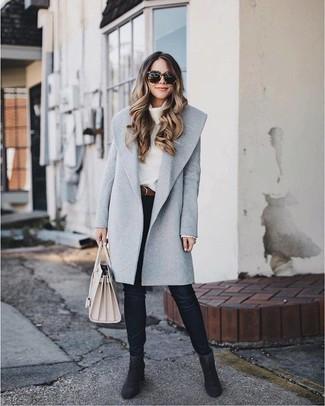 Come indossare: cappotto grigio, maglione con scollo a cappuccio bianco, jeans aderenti neri, stivaletti in pelle scamosciata neri
