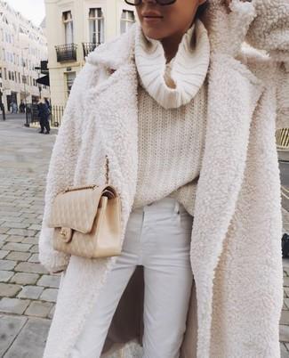 Come indossare e abbinare una borsa a tracolla in pelle trapuntata beige: Indossa un cappotto di pile bianco con una borsa a tracolla in pelle trapuntata beige per un fantastico look da sfoggiare nel weekend.