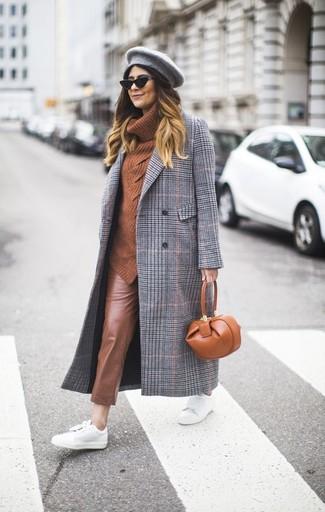 Come indossare: cappotto scozzese grigio, maglione con scollo a cappuccio terracotta, pantaloni skinny in pelle marroni, sneakers basse in pelle bianche