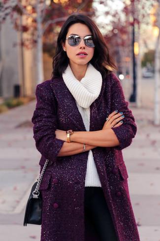 Come indossare: cappotto melanzana scuro, maglione con scollo a cappuccio bianco, pantaloni skinny neri, borsa a tracolla in pelle nera