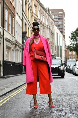 Look alla moda per donna: Cappotto fucsia, Maglione con scollo a v rosso, Gonna pantalone rossa, Décolleté in pelle scamosciata rossi