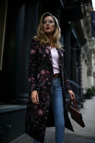 Come indossare e abbinare: cappotto a fiori nero, maglione con scollo a v bianco, jeans aderenti azzurri, cartella in pelle bordeaux