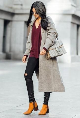 Come indossare: cappotto grigio, maglione con scollo a v bordeaux, jeans aderenti strappati neri, stivali chelsea in pelle scamosciata terracotta
