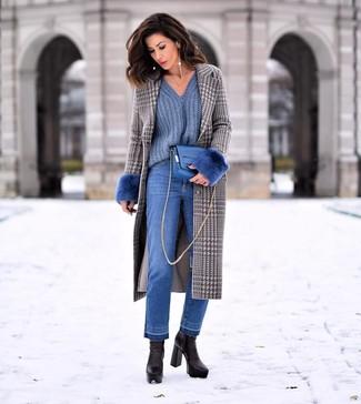 Come indossare e abbinare jeans blu: Coniuga un cappotto con motivo pied de poule grigio con jeans blu per essere casual. Rifinisci questo look con un paio di stivaletti in pelle neri.