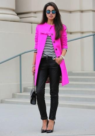 Abbina un cappotto fucsia con pantaloni skinny in pelle neri per creare un look smart casual. Rifinisci questo look con un paio di décolleté in pelle neri.